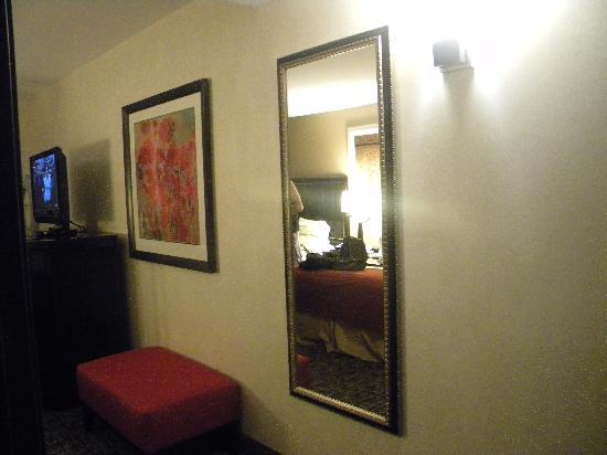 Holiday Inn Express Hotel & Suites Columbia East - Elkridge: huge mirror