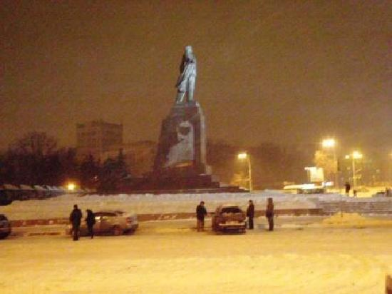 Freedom Square: Lenin statue