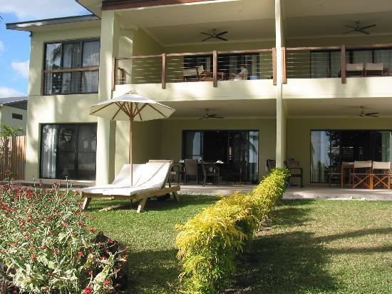 Pandanus Bay Waterfront Apartments: Apartments from the lawn