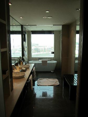 InterContinental Dubai Festival City: Junior Suite bath