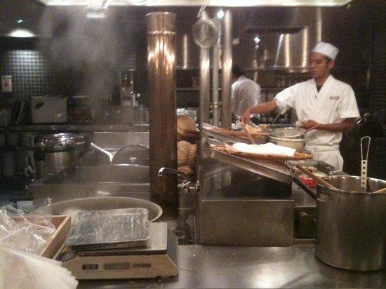 Sumiyaki Gonpachi Azamino: 権八 目の前で調理している