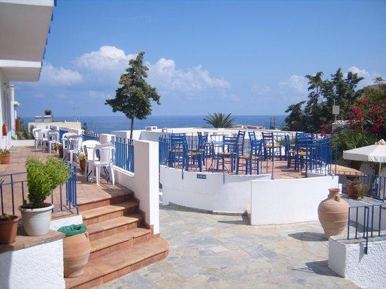 Panormos, Grèce : cour intérieure avec la piscine