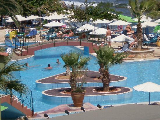 Eri Beach & Village : vue sur la piscine