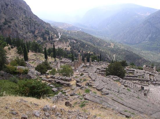 Entrée de la Pythie vers le temple dApollon - Picture of ...