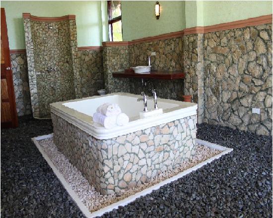 Island Dream Palm Paradise Resort: bathtub