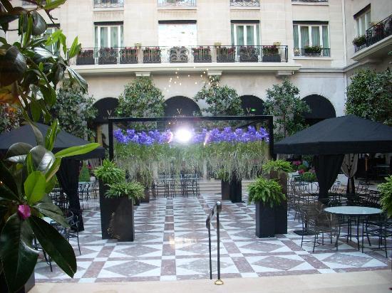 Four Seasons Hotel George V Paris: Terasse--off the lobby lounge