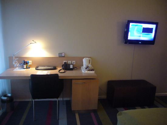 Comwell Holte - L'angolo scrivania e TV