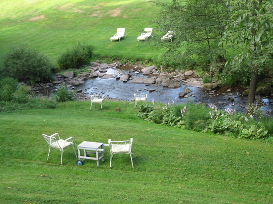 The Mountain Brook Inn: Babbling brook outside our room