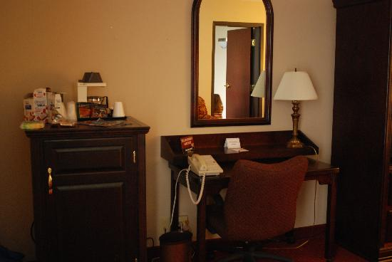Drury Inn & Suites St Joseph: Desk & hidden fridge & microwave