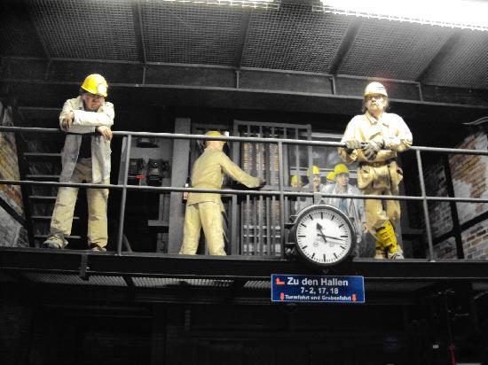 Deutsches Bergbau-Museum Bochum: Seilschaft über dem Aufzug zum Besucherbergwerk