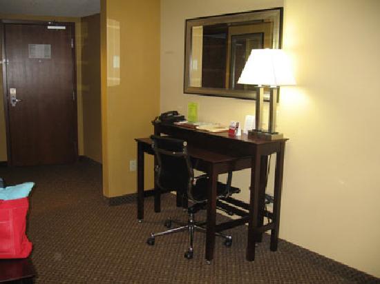 Comfort Suites Gettysburg: Desk Area in Room