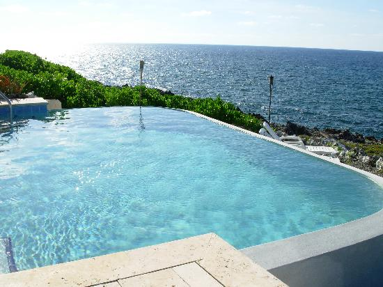 Sea Spray Cottage: Infinity Pool