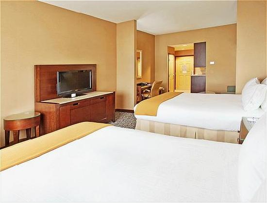 Holiday Inn Express & Suites Salinas: Two Queen Bed Suite 2