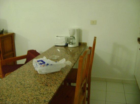 Arena Dorada Apartments: Breakfast bar with chairs - toaster and coffee pot