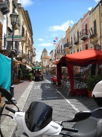 Casa Mafalda B&B: View up Via Vittorio Emanuel main street of Lipari