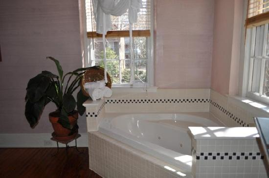 Front Street Inn: loved this tub