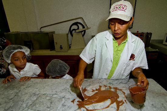 El Sendero del Cacao: Haciendo Chocolate