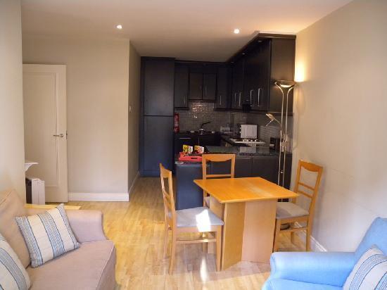 Molesworth Court Suites: soggiorno e cucina