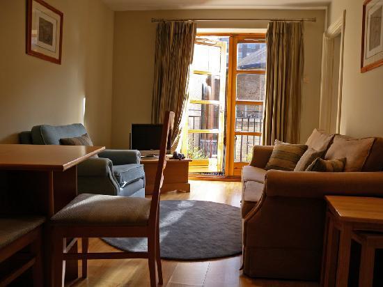 Molesworth Court Suites: soggiorno e balcone