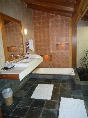 Reethi Beach Resort: Bathroom upper level