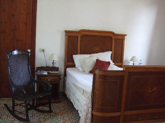 Hotel Rural Casona Santo Domingo: Double room (and creeky bed)