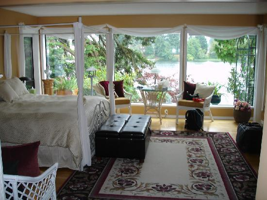 Long Lake Waterfront B&B: The view of the Lake from the Madrona suite is just beautiful~