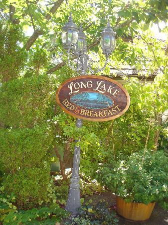 Long Lake Waterfront B&B: The B&B property was so well kept & groomed ~