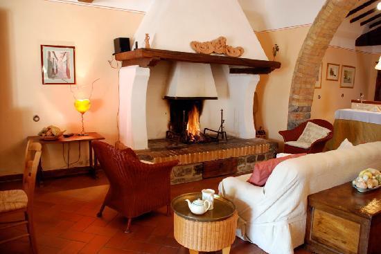 Roccalbegna, Itália: L'antico salone delle anelle con caminetto e sculture di luce