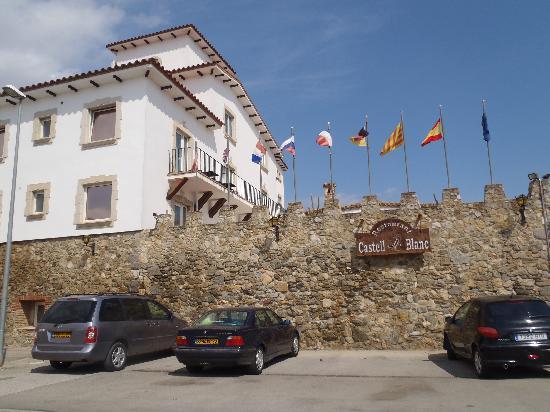 Hotel Castell Blanc: parking devant l'hôtel