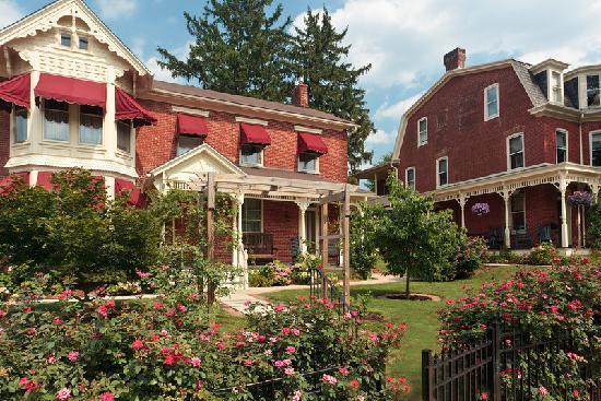 Brickhouse Inn Bed & Breakfast : Left: c.1830 Welty House, right: 1898 Victorian manson