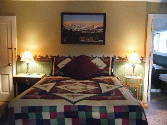 Anniversary Inn Bed and Breakfast: Bed in The Divide Room