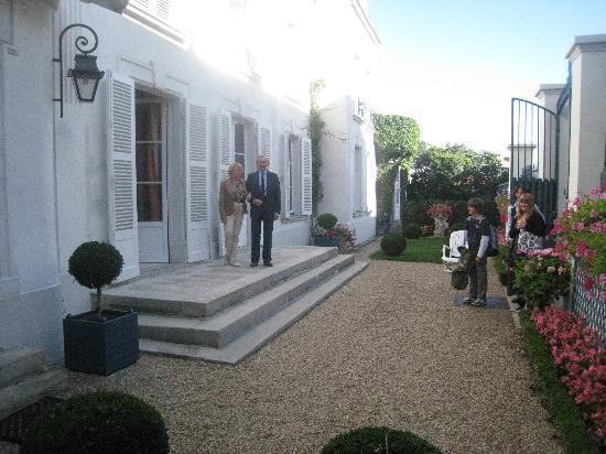 Manoir de Beauregard: our hosts in their garden