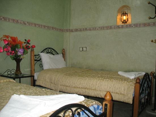 Faouzi Hotel: chambre twin avec douche