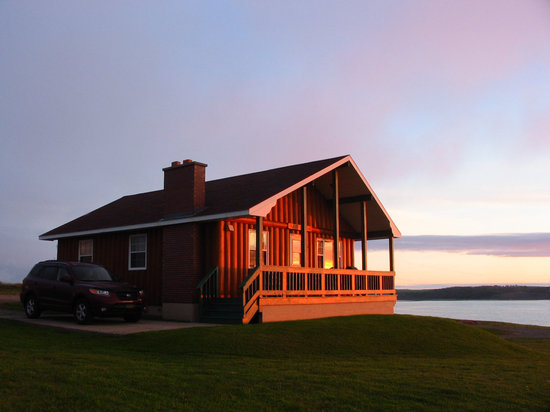 Cheticamp, Kanada: Sunset at Pilot Whale Chalets