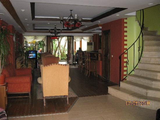 Vezir Hotel: Entrance and lounge area