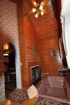 Phipps Inn: The sunken spa & fireplace