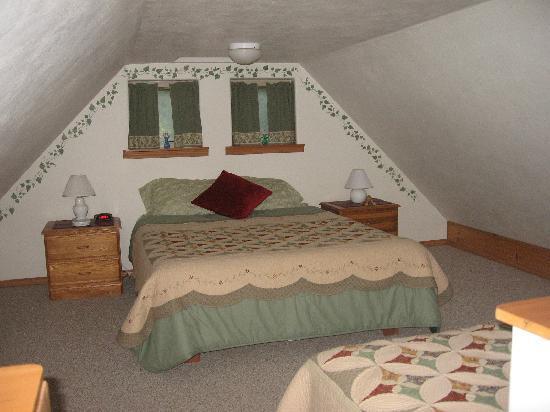 Havenwood Guest House: memory foam queen in loft