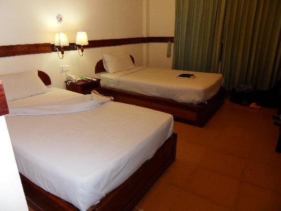 The Khemara Battambang I Hotel : Our room, basic but fine