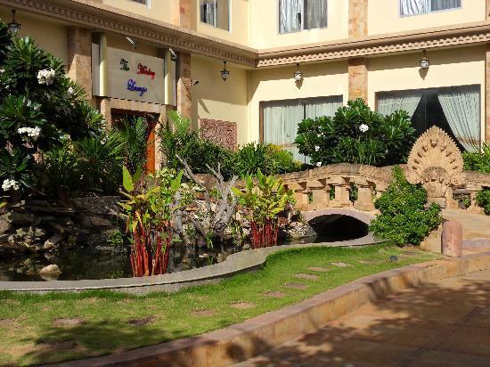 The Khemara Battambang I Hotel : the gardens