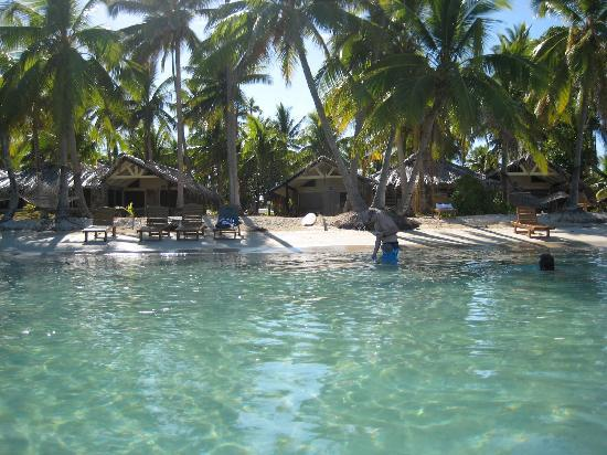 Plantation Island Resort: Beach outside 200 series bures