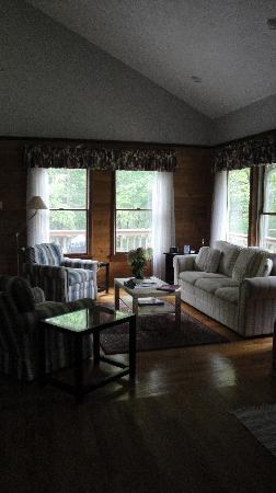 Cottages at Chesley Creek Farm: Laurelwood living room