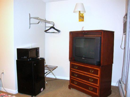 Vacationland Inn: microwave and fridge