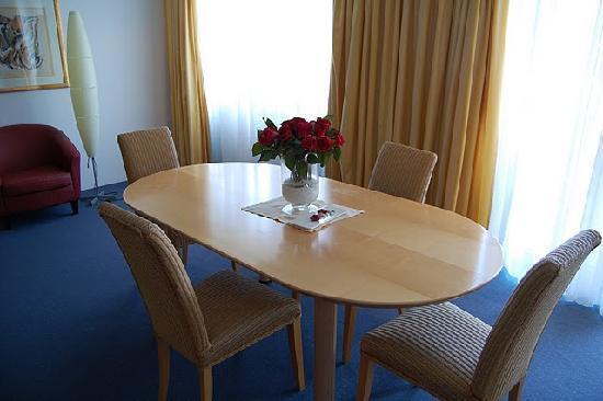 Amadeo Hotel Schaffenrath: tavolo al centro della stanza