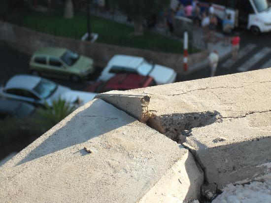Iberostar Bouganville Playa: Broken concrete on balcony