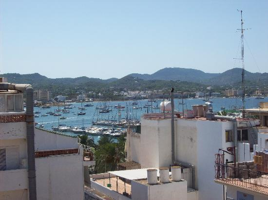 Casa Maria Apartments: This is the view from the pool on the roof! You can see the sea!