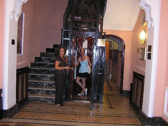 Hospedaje Romero : Intérieur du hall avec l'ascenseur