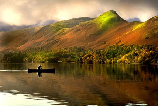 Avondale Guest House: Canoeing below Catbells