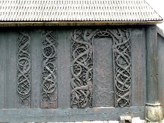 Urnes Stave Church: Portal und Wandplanken aus der 1. Kirche