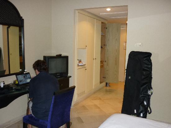 Ramada Plaza Tunis : Vista della camera, con la TV e l'armadiatura SPAZIOSA