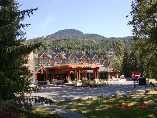 Aava Whistler Hotel: Front Entrance